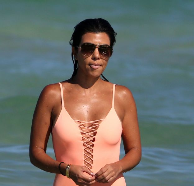 Kourtney Kardashian fait grand effet dans un maillot une pièce très sexy.