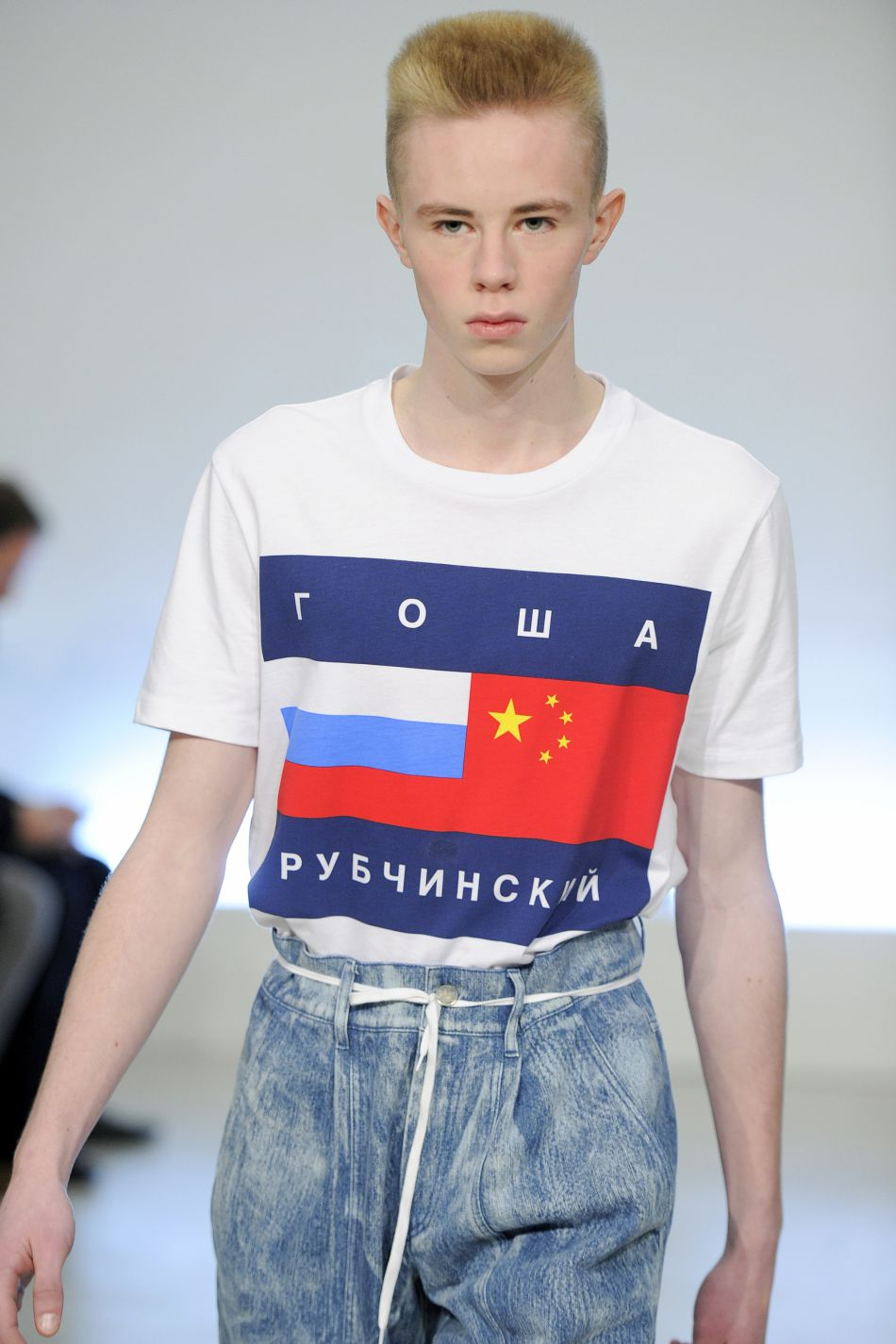 Gosha Rubchinskiy détourne le logo Tommy Hilfiger en une version soviétique.