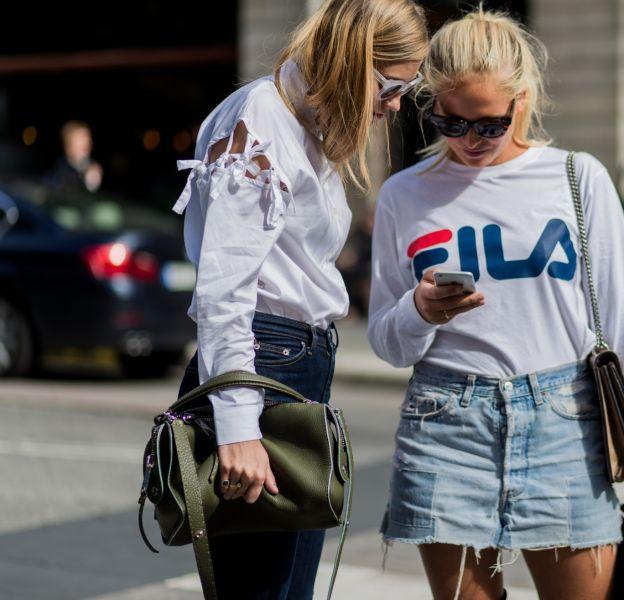 Les modeuses sont fans des vêtements à logo.