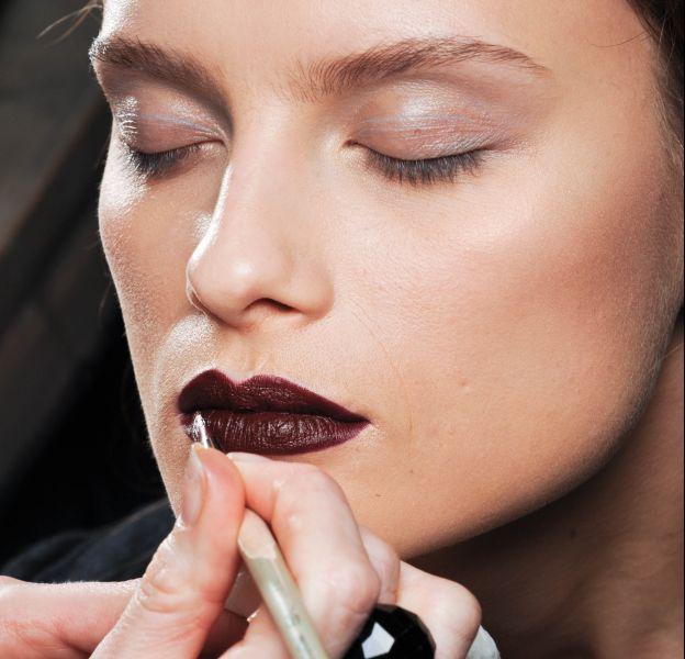 Pinceau, brosse ou raisin : comment appliquer son rouge à lèvres ?