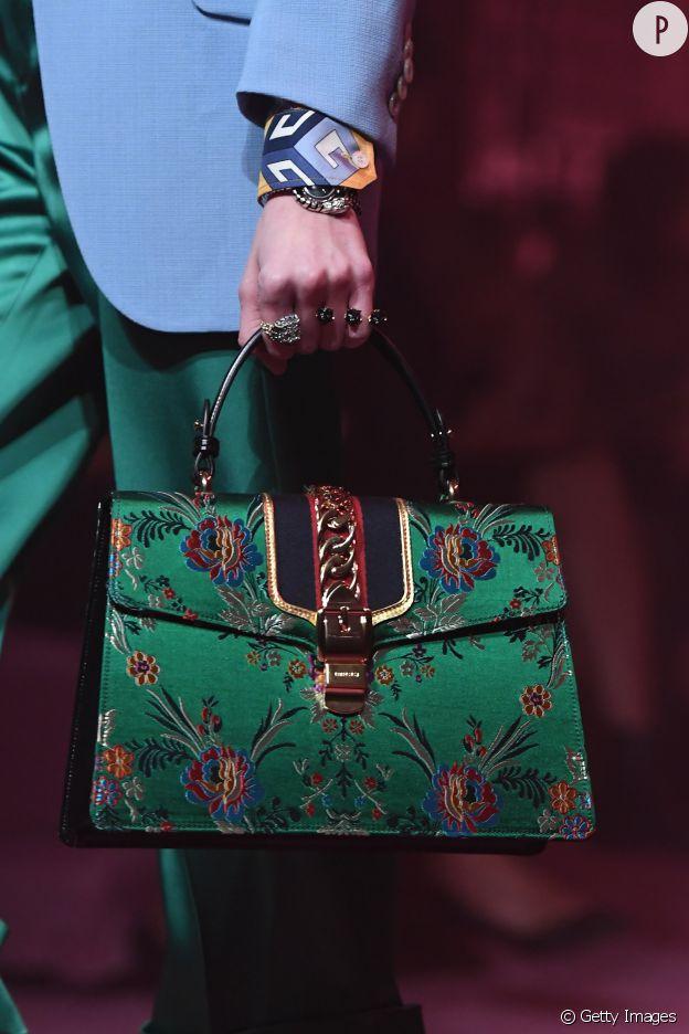 Le sac Sylvie de Gucci s'habille d'une tapisserie très chic.
