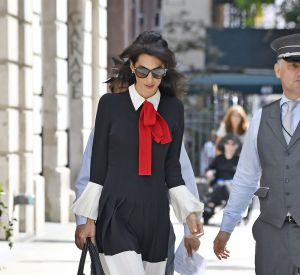 A ses côtés George Clooney. Le couple ne ménage pas ses efforts pour faire entendre les voix contre ISIS.