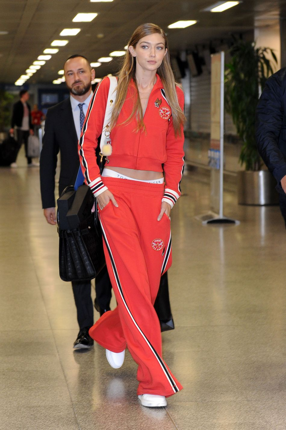 La jolie blonde est ensuite arrivée à l'aéroport de Milan.
