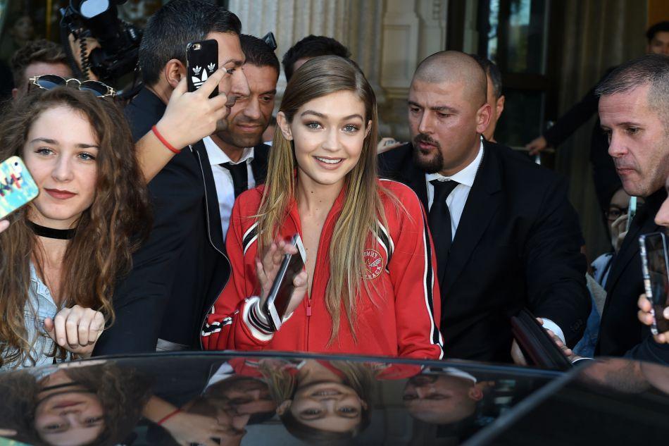 A la sortie de son hôtel à Milan, Gigi Hadid s'est arrêtée pour saluer ses fans ce samedi 24 septembre 2016.