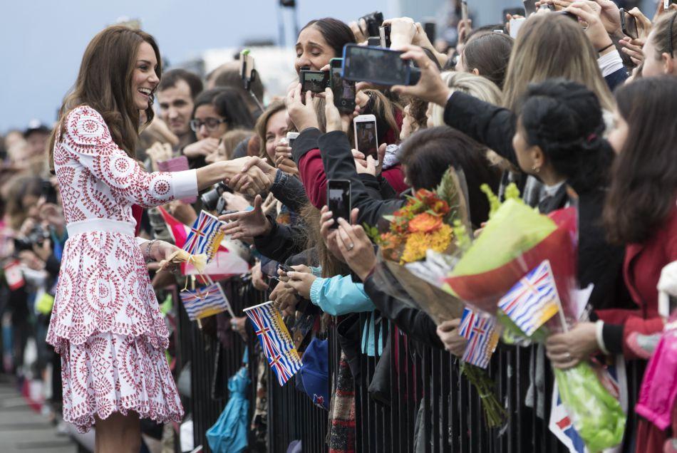 Kate Middleton a été saluée par une foule compacte.