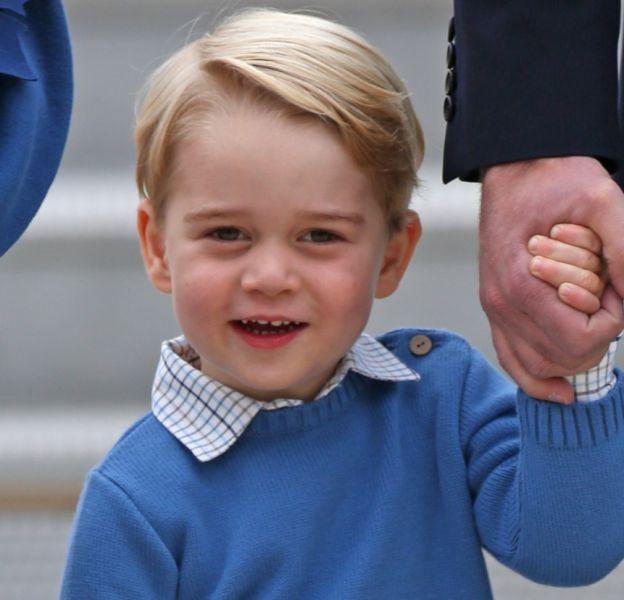 Le prince George fait des siennes dès son arrivé sur le tarmac de l'aéroport de Victoria : il refuse de saluer le Premier ministre canadien.
