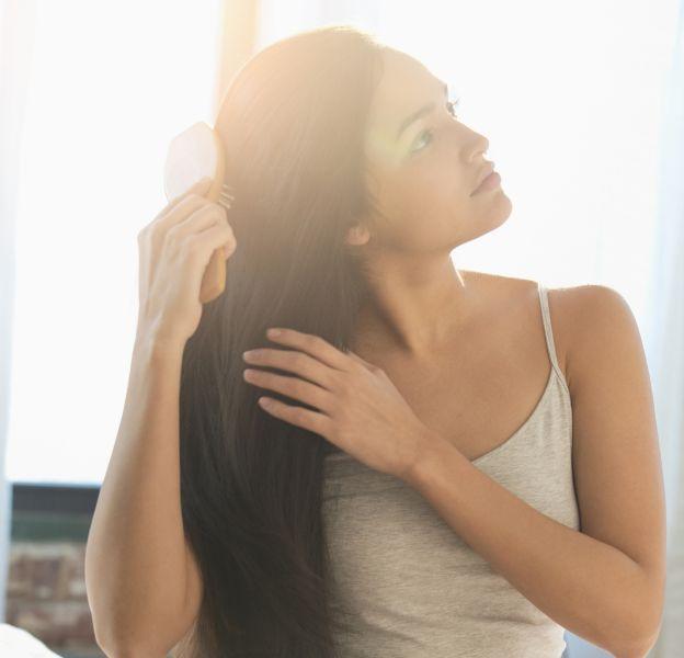 Routine beauté : les bons gestes pour prendre soin de ses cheveux au réveil.