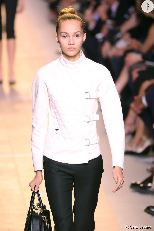 Le plastron blanc rappelle une tenue d'escrimeur.