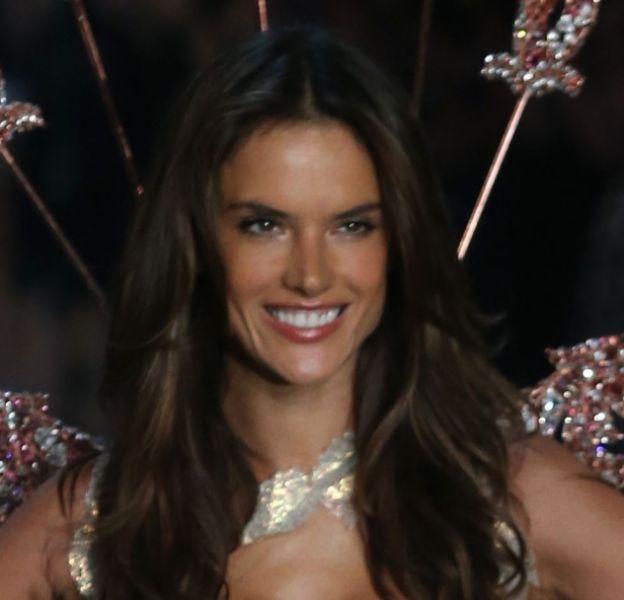 Alessandra Ambrosio est en route pour Paris pour le show Victoria's Secret !