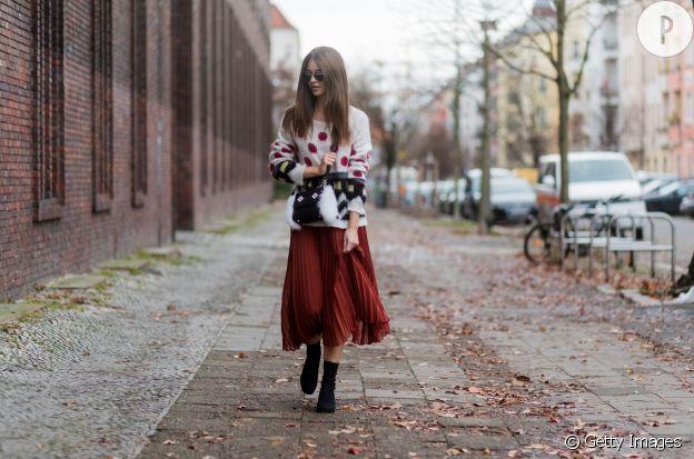 Avec un gros pull en laine, la jupe plissée est chic.