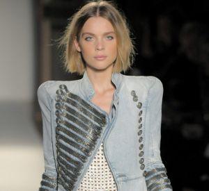 Epaulettes  Défilé [brand=1188]Balmain[/brand], Printemps-Eté 2009  L'épaullette reste le fil conducteur chez Balmain, et s'invite aussi sur une veste officier en jean.