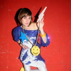 """Prénom : Yelle style : Chanteuse electro pop trés 80's Son tube phare : """"Je veux te voir"""" Particularité : It-buzz du web, Yelle est tout de suite devenue une """"JCDC girl"""" en portant la robe Smiley. Maintenant de nombreux fans rendent hommage à la chanteuse en faisant des répliques artisanales de la célèbre robe Castelbajac."""