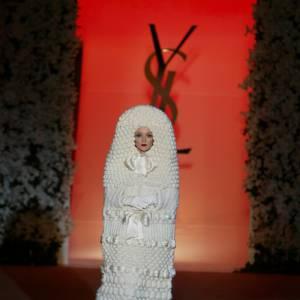 Direction artistique et scénographie du défilé pour le 40e anniversaire d'Yves Saint Laurent - par Thierry Dreyfus - Production Eyesight - Centre Pompidou, Paris - 2002
