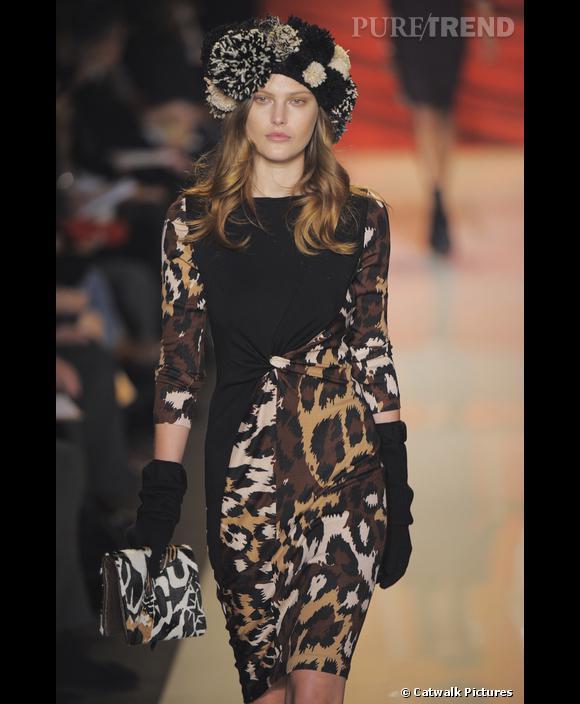Défilé   [brand=4294924712] Diane von Furstenberg [/brand]  , Automne-Hiver 2009-2010       Chez Diane von Furstenberg, l'imprimé léopard s'invite sur une robe droite, et la froideur de l'hiver nécessite gants et chapeau de laine à pompons. Le chic sophistiqué et parisien qui s'invite sur les podiums new yorkais.