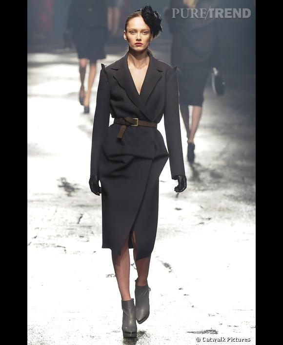 Défilé   [brand=4294924632] Lanvin [/brand]  , Automne-Hiver 2009-2010       La femme Lanvin de l'hiver est parisienne, pour sûr. Une héroïne de film noir qui déambule sur le bitume humide (le podium était plus vrai que nature) en long manteau d'homme ceinturé, et bibi de plumes noires.