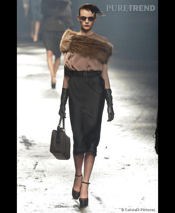 Défilé   [brand=4294924632] Lanvin [/brand]  , Automne-Hiver 2009-2010        [people=2093] Alber Elbaz [/people]  continue d'explorer les codes de la parisienne rétro jusqu'à nous rendre nostalgique: jupe crayon et blouse en soie, gants longs et fourrure autour des épaules.