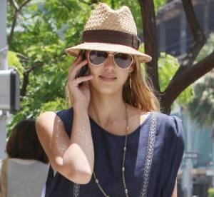 Jessica Alba : petite robe et panama