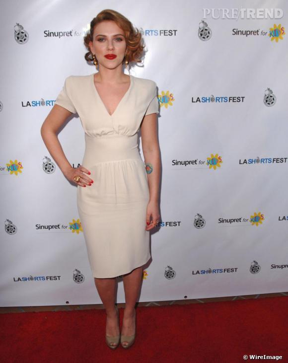 Souvent comparée à [people=2406]Marilyn Monroe[/people] , [people=2155]Scarlett Johansson[/people] ne semble pas vouloir se détacher de cette image d'icône glamour. Cheveux ondulés sur le côté, bouche rouge et robe blanche [brand=4294924745]Prada[/brand] : l'actrice se la joue Niagara sur tapis rouge.