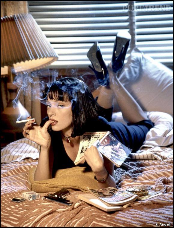 Coupe charleston et cigarette au bec, Uma Thurman décline un vestiaire rétro dans Pulp Fiction. Talons vernis noir et corsaire sont de mise pour la belle Mia qui se la joue vamp.