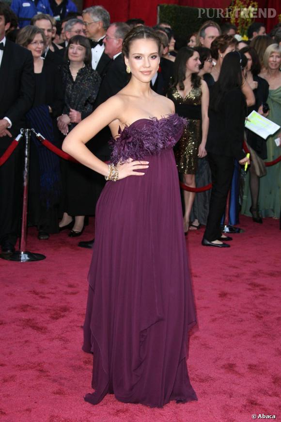 Jessica Alba succombe au charme des créations Marchesa avec un modèle prune drapé agrémenté de plumes.