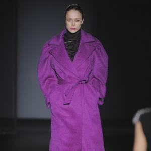 [brand=4294924717]Alberta Ferretti[/brand] réveille l'hiver avec un manteau de laine XXL et ultra violet. Ceinturé à la taille, il maintient et enveloppe le corps de ses manches ballantes.