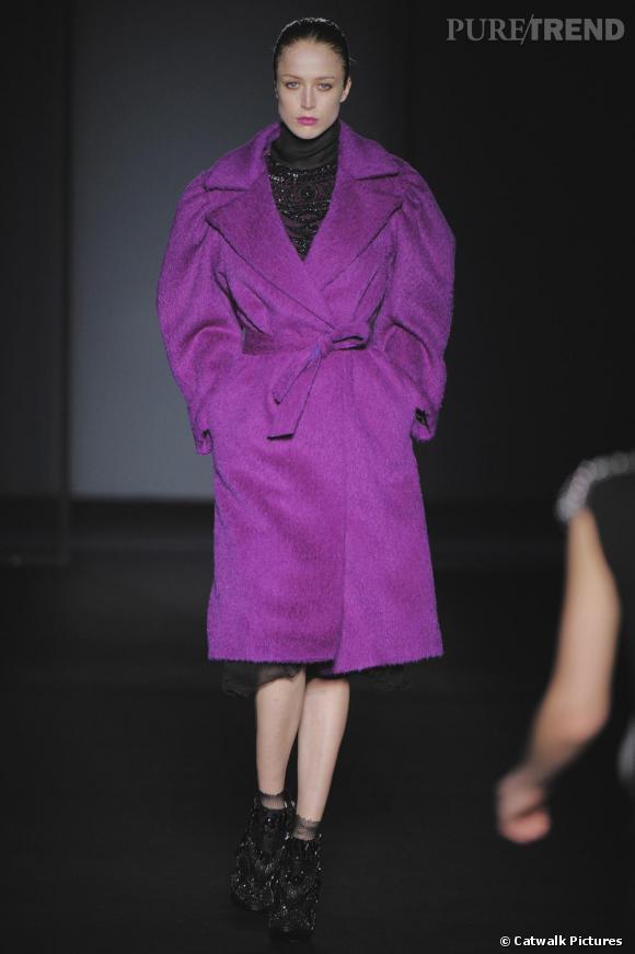 [brand=4294924717] Alberta Ferretti [/brand]  réveille l'hiver avec un manteau de laine XXL et ultra violet. Ceinturé à la taille, il maintient et enveloppe le corps de ses manches ballantes.