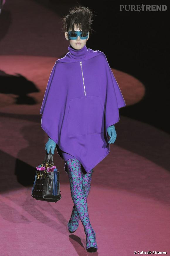 [brand=4294959748] Marc Jacobs [/brand]  mélange les couleurs flashy, mais aussi le style sportswear aux imprimés psychédéliques. Les touches  turquoises des lunettes, gants et legging affrontent le violet ultra bright de la cape. Un savant mix qui réinvent le look cool.