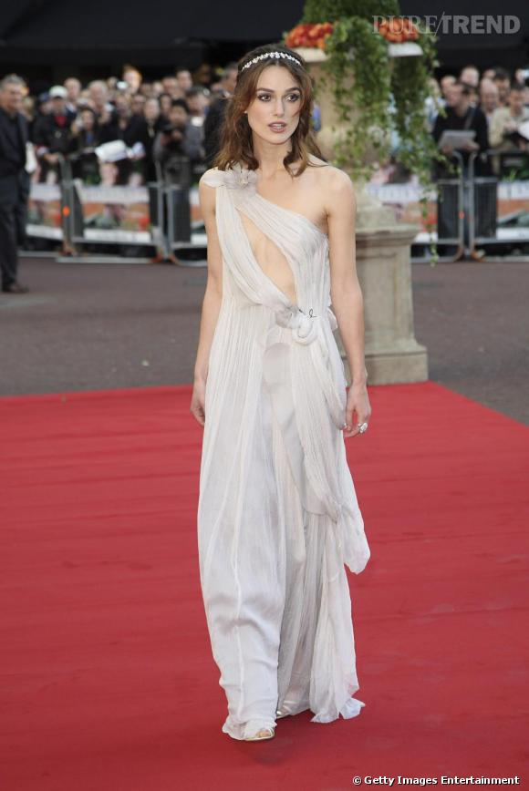 Il suffit d'une robe [brand=4294774771]Rodarte[/brand] pour que Keira se métamorphose en vestale. La jeune actrice affectionne les looks romantiques.