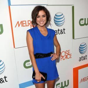Pour la première de Melrose Place, Jessica Stroup a misé sur une robe bleu cobalt Jenni Kayne issue de la collection Automne-Hiver 2009-2010. Accessoirisée d'une ceinture, d'une pochette et de sandales noires, la mini robe en soie doit son éclat au contraste de ces deux couleurs.