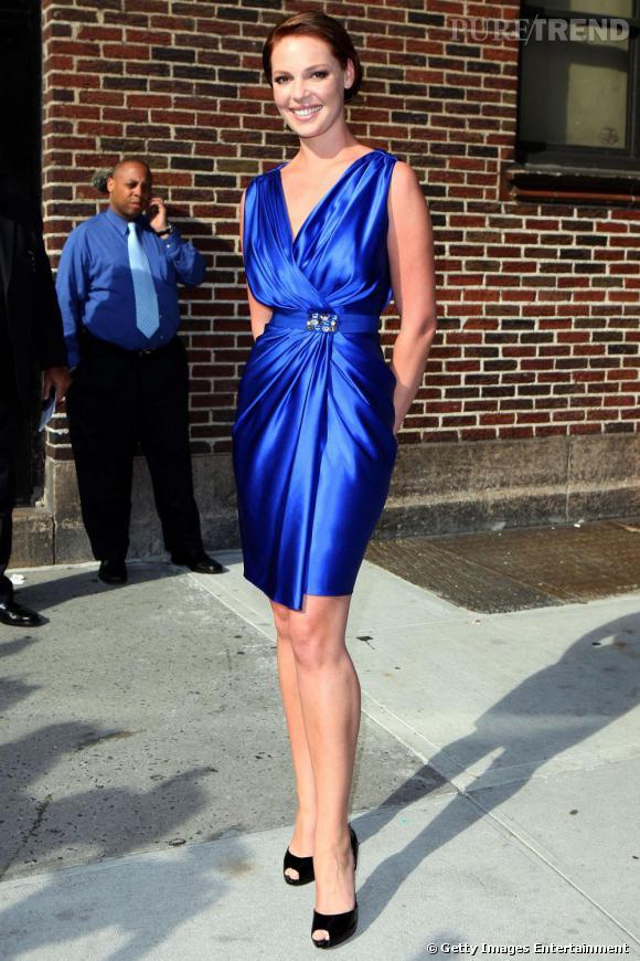 """Pour assister à l'émission télévisée """"Late Show With David Letterman"""",  Katherine Heigl a misé sur une robe  [brand=4294719115] Reem Acra  [/brand]  de la collection Croisière 2010. Drappée sur le devant, elle doit son élégance à sa ceinture délicatement ornée d'un bijoux."""