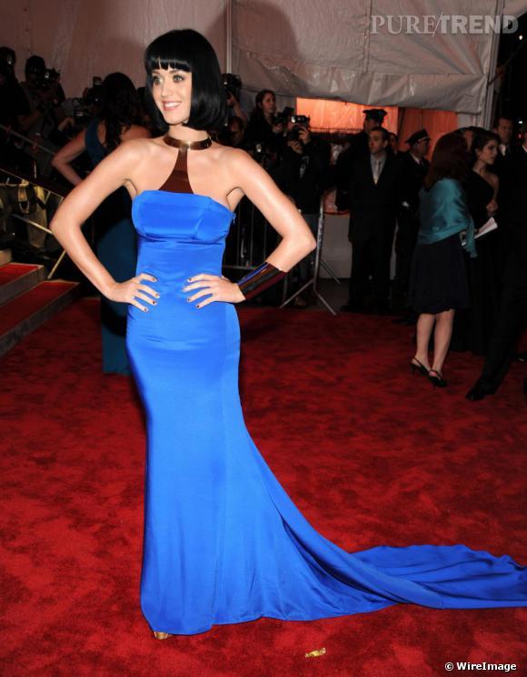 [people=2098] Katy Perry [/people]  mise sur le contraste entre sa chevelure noire de jais et sa longue robe bustier bleu cobalt. Le carré de sa coiffure géométrique s'accorde parfaitement au caractère vestal de sa tenue, dotée d'une traine et d'un collier.