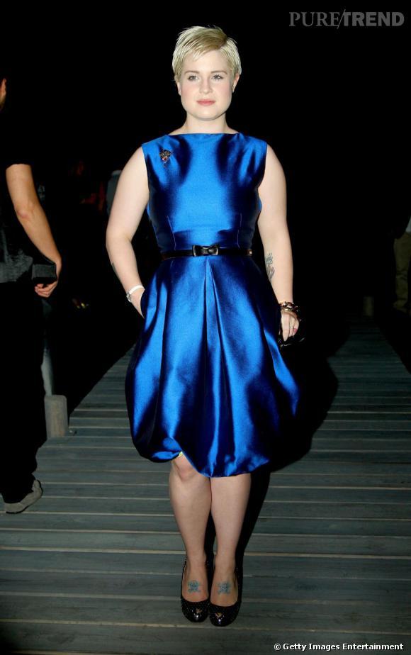 [people=2081] Kelly Osbourne [/people]  cède elle aussi à la tendance du bleu électrique. Elle adopte une robe volumineuse et aux formes arrondies qu'elle accessoirise simplement d'une paire d'escarpins  [brand=4294907870] Giuseppe Zanotti [/brand] .