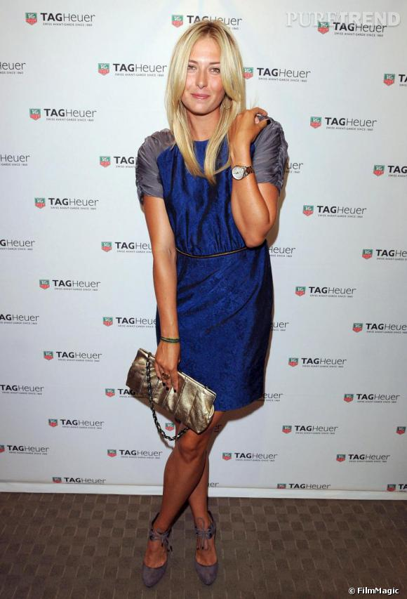 """Lors de la soirée organisée par  [brand=4294719026] Tag Heuer [/brand]  à Toronto, Maria Sharapova, tennis women et égérie de la marque, était ravissante dans une robe bleue. Les reflets """"métalliques"""" sont ici accentués par la couleur grise des manches et le glitter de la pochette."""