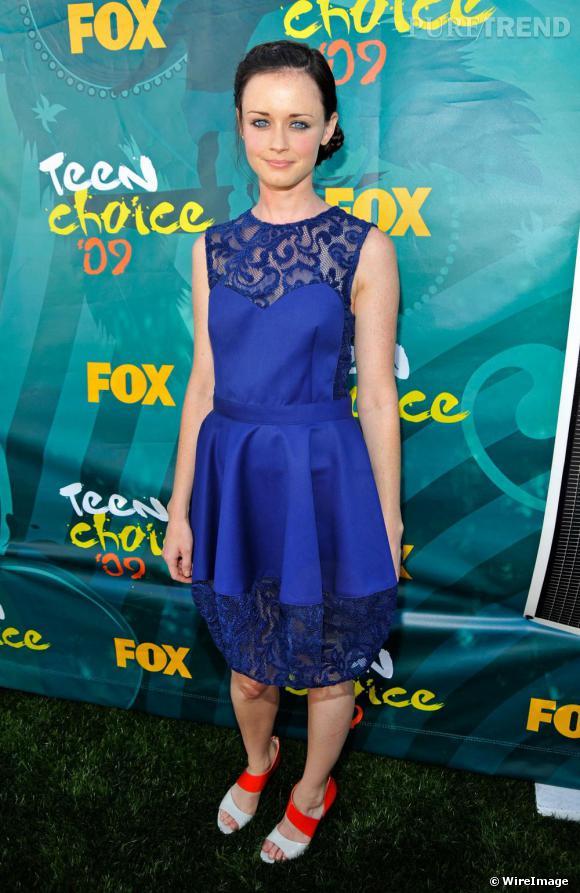 A la cérémonie des Teen Choice Awards, l'actrice de la série  Gilmore Girls  a elle aussi osé le bleu électrique. Alexis Bledel a parié sur une robe de soie, brodée de dentelles. Et accessoirisée de sandales asymétrique Loeffler Randall.