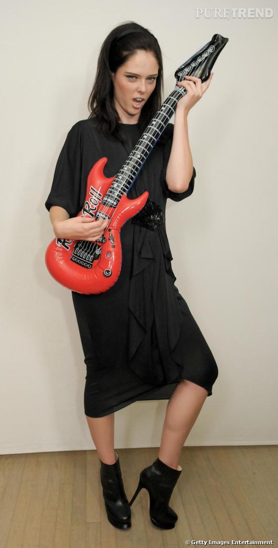 Le top Coco Rocha a célèbré la mode sur des accords de guitare électrique.
