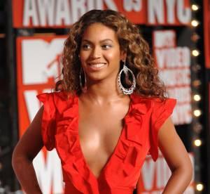 Beyoncé déploie son sex appeal en micro robe rouge