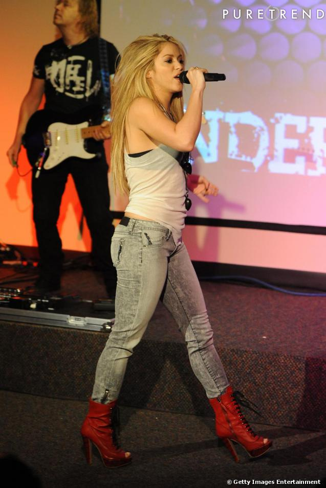 shakira in jeans. bottines rouges (720)
