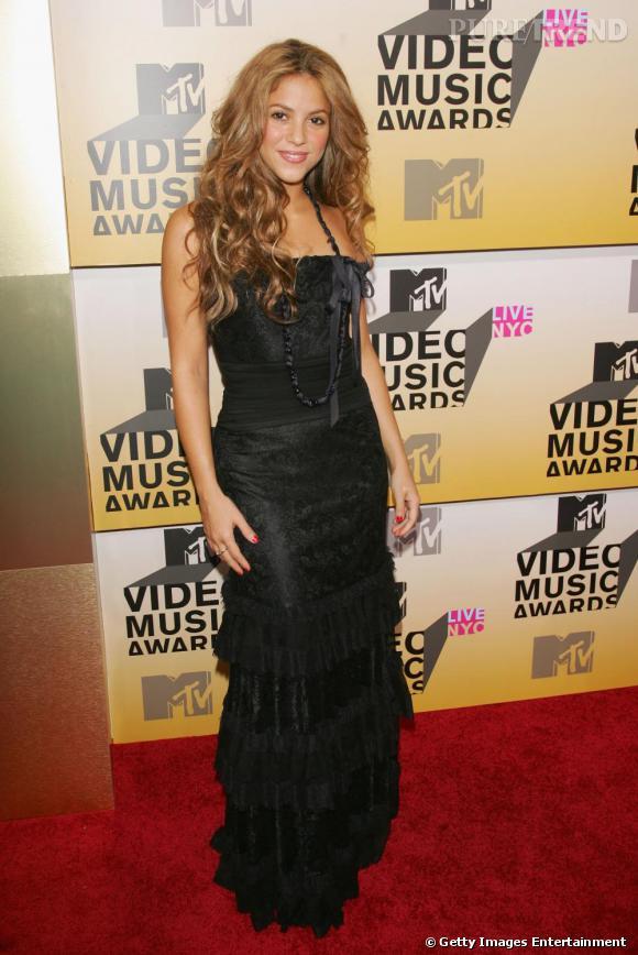 Désormais, sur les tapis rouges,  Shakira  assure : finis les filets de pêche et les rideaux dorés. On mettra ces fautes de goût sur le compte de la jeunesse.