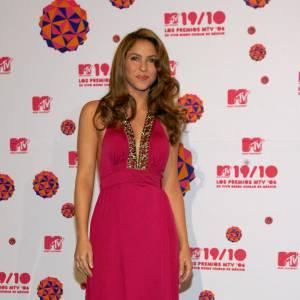 En 2006, Shakira prend une initiative salvatrice : elle licencie ses stylistes pour être plus en phase avec elle-même. Sage décision car elle ne s'en sort pas mal du tout : couleur de cheveux plus naturelle, coiffure irréprochable et ravissante robe d'une couleur soutenue. La belle tient le bon bout!