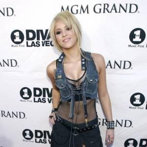 L'image parle d'elle-même : Shakira a l'air d'être le genre de personne à vous proposer des produits illicites sur le trottoir d'une boîte de nuit.