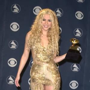 Shakira est typiquement la fille qui fait tache et qu'on regarde de travers sur tapis rouge. Couverte de prix, la belle a choisi ici de se couvrir d'or... mais cette épouvantable tenue, entre ses bottes en satin et sa robe en rideau du château de Versailles lui confère un air vulgaire supplémentaire, dont elle n'a pas besoin, avec ses cheveux décapés et son maquillage outrancier.