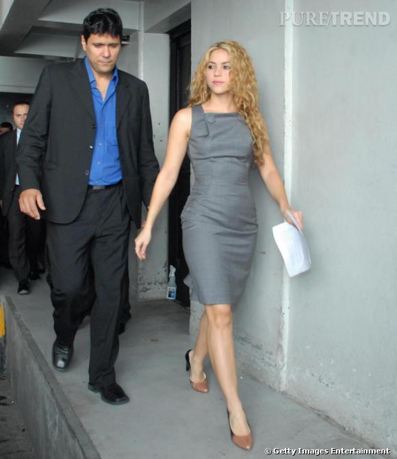 Shakira  sait quoi porter lorsqu'elle doit lire un discours pendant le sommet ibero-americain. Sans renier son style, elle enfile une simple robe grise droite au genou et une paire d'escarpins beige. Chic et efficace.