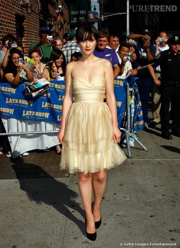 L'art du sexy selon Zooey: une robe retro décolletée et longueur un poil au dessus des genoux
