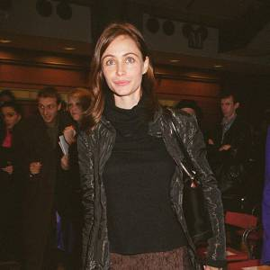 Décidément, Emmanuelle Béart ne se lasse pas d'associer de longues jupes à d'immenses vestes. Si sur certaines, le résultat est douteux, sur l'actrice, il est réussi et féminin. Mixé avec un col roulé, une combinaison normalement impensable, l'ensemble lui va comme un gant. Chapeau.