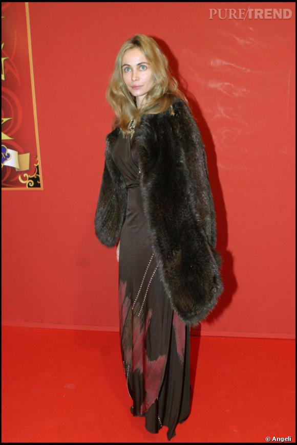 Lorsqu'il s'agit de se rendre au Théâtre du Cirque de Moscou à Paris, Emmanuelle s'habille d'une robe ample associée à une large fourrure, rétro mais totalement bobo. Cheveux à peine coiffés, l'actrice est élégante, naturellement. Comme quoi la fourrure n'est pas toujours synonyme de mondanité.