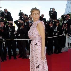 Sur le tapis rouge de Cannes, la belle mise cette fois sur une robe rose pastel ornée de cigales, le détail nature qui donne à son look bohème la touche baba cool subtile. Cheveux entortillés, elle resplendit.