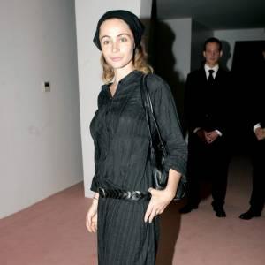 Bandana, tunique et sabots pour l'actrice française qui se rend au défilé Giorgio Armani. Un total look black pour une star qui préfère rester discrète, loin des projecteurs.