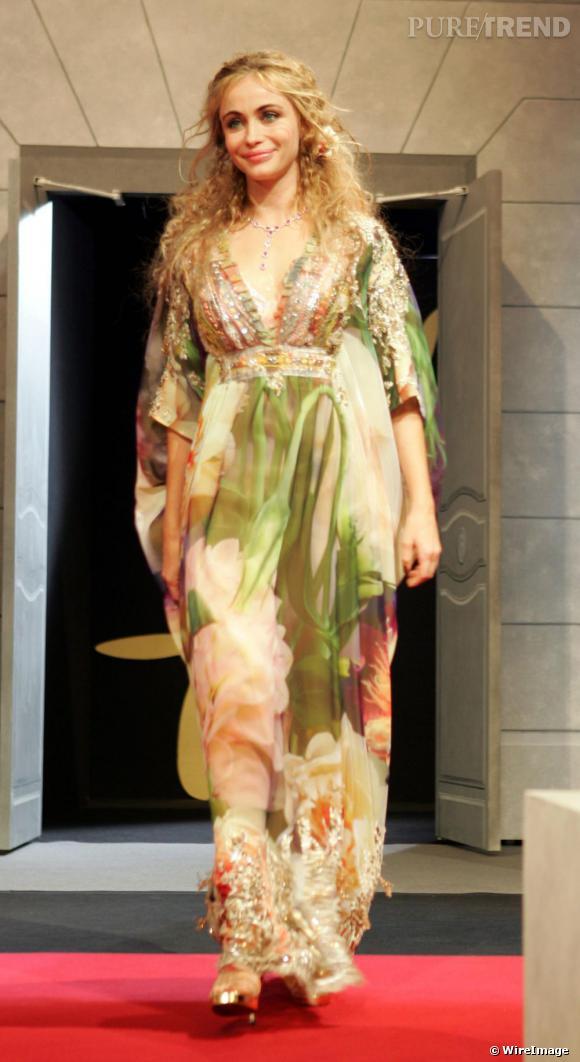 Membre du jury lors du 57e Festival de Cannes en 2004, Emmanuelle Béart a opté pour une robe très bobo, parée de détails féminins et de drapés aériens. Cheveux ondulés, gauffrés, l'actrice joue les nymphes et ça lui va bien.