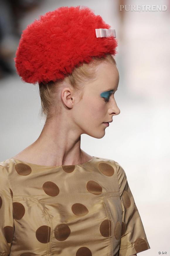 Il suffit d'un accessoire rouge et la silhouette est transformée en diva. Luella à Londres