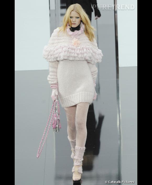 Défilé Chanel  Automne Hiver 2009-2010  Pour Chanel, Karl Lagerfeld habille Lara Stone de laine de de la tête aux pieds. Robe pull, collants, guêtres et mitaines rose layette, pour un hiver girly et cosy.